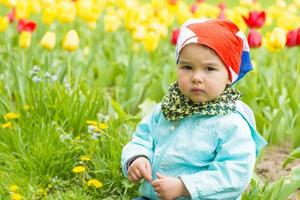 mooi meisje op een veld van tulpen