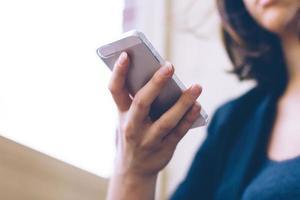 vrouw met smartphone foto