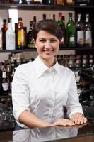 jonge vrouw die werkt aan de bar