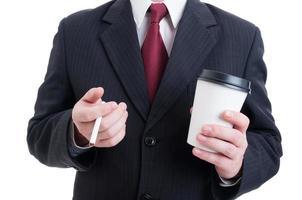 bedrijfsmedewerker die een koffie- en sigarettenpauze heeft foto