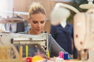 jonge vrouw met naaimachine foto