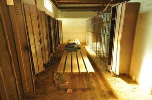 vuile afgedankte industriële kleedkamer foto