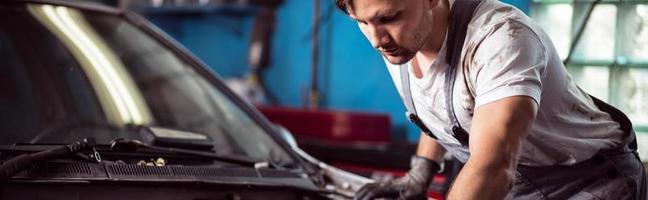 automonteur die de auto bevestigt foto