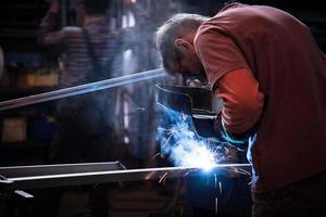 werknemer lassen van staal foto