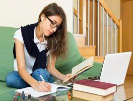 jong meisje dat laptop thuis met behulp van foto