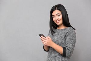 gelukkige vrouw met behulp van smartphone foto