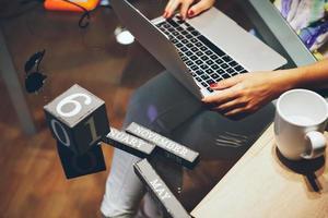 vrouw die met haar laptop werkt foto