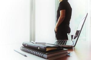 jonge creatieve ontwerper man aan het werk op kantoor als concept foto