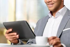 echte laptop van de zakenmanholding foto