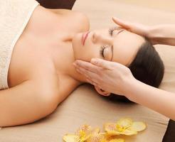mooie vrouw in massagesalon foto