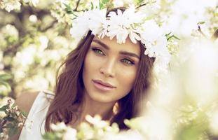 mooie vrouw met groene ogen in de tuin van appel foto