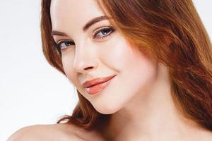 mooie vrouw gezicht close-up portret happy studio op wit