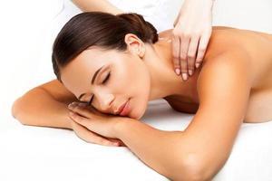 massage. close-up van een mooie vrouw die spabehandeling krijgt foto