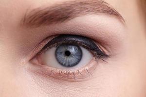 close-up van vrouwelijk oog. make-up pijl. foto