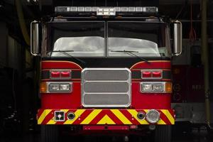 brandweerwagen in station garage foto