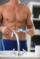 knijpt tandpasta op de borstel foto