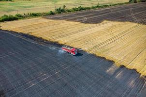 brandweerman vrachtwagen bezig met het veld in brand foto