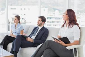 medewerkers luisteren naar een presentatie foto
