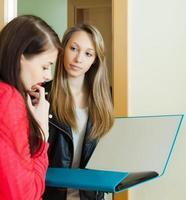 vrouwelijke werknemerspeiling onder mensen thuis foto