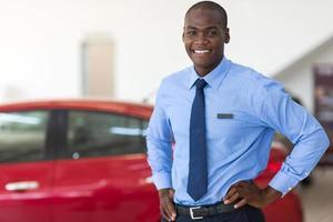 Afro-Amerikaanse voertuigverkoopadviseur foto