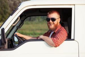 bestuurder van een kleine pick-up foto