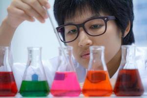 onderzoeker die met chemisch product werkt foto