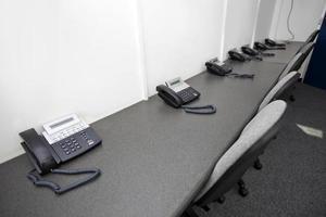 vaste telefoons en stoelen in televisiestation foto