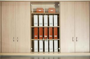 kantoor archiefkast met planken foto