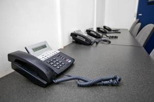 vaste telefoons op tafel in televisiestudio foto