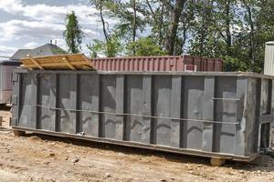vuilnisbakken op de bouwplaats foto