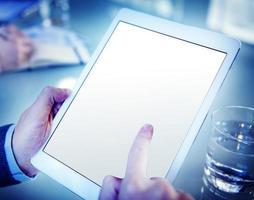 man met behulp van een digitale tablet foto