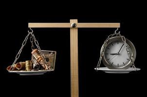klok en valuta tijd is geld concept foto