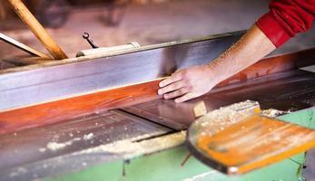 timmerman werken met houten schaafmachine foto