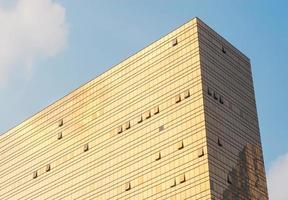 gouden glazen wand van een gebouw foto