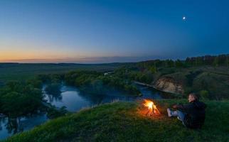 zonsopgang in de vallei van de rivier prachtig zwaard foto
