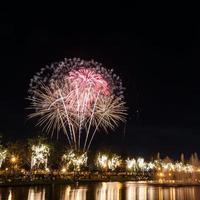 groot vuurwerk in de lucht boven een parken foto