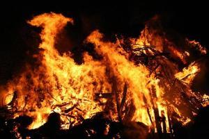 brand in een donkere nacht foto