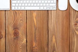 bureau tafel met computer, benodigdheden en koffiekopje foto