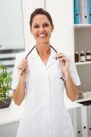 vrouwelijke arts met stethoscoop op medisch kantoor foto