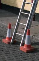 ladder en veiligheidskegels foto