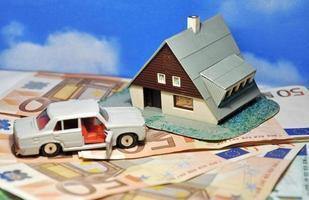 de droom van een huis en een auto foto