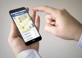 touchscreen smartphone met restaurantzoeker op het scherm