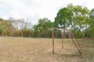 het oude voetbaldoel onder zonlicht foto