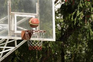 basketbalring met basketbal foto