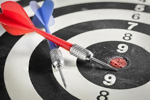 rode en blauwe dartpijl op dartbord foto