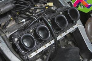 zicht op carburateurs foto