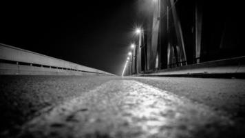 weg bij nacht - brug in Belgrado, Servië