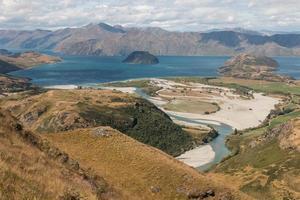 luchtfoto van de matukituki rivier en het Wanaka meer foto