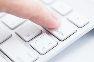 man hand typen op toetsenbord foto