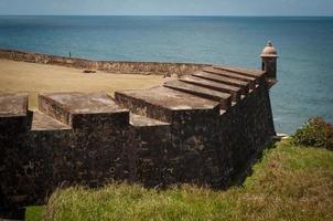 geschutstoren en caribische zee foto
